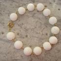 Fehér korall karkötő, Ékszer, Esküvő, Karkötő, 13 mm-es tört fehér korall golyók arany színű szerelékekkel. Körkapoccsal záródik.  Egyszerű, szép. ..., Meska