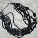 Fekete gyöngyös többsoros nyaklánc, Ékszer, Esküvő, Nyaklánc, Különböző méretű és formájú, fekete, valamint koptatott és metál fényű gyöngyök 8 sorban.  Rövid áll..., Meska