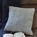 Világos szürke színű kötött díszpárna huzat négyzetes mintával, Otthon & lakás, Lakberendezés, Lakástextil, Párna, Kötés, Varrás, Kézzel kötött, világos szürke színű díszpárna huzat, 90% Anti-Pilling (nem bolyhosodó) akril, 10 % ..., Meska