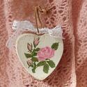 Shabby Chic vintage dekoráció rózsás, romantikus festett szív, Dekoráció, Konyhafelszerelés, Otthon, lakberendezés, Esküvő, Fa szív alakú festett rózsás Shabby Chic, romantikus dekoráció Mindkét oldala festett.   Kér..., Meska
