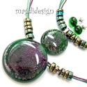 Galaxis bíbor-smaragd, anya-lánya üvegékszer szett, 2 nyaklánc, pötty fülbevaló, Ékszer, óra, Medál, Fülbevaló, Ékszerszett,  Csillogó, bíbor-smaragdzöld ékszerüveg felhasználásával készült a kettő medál és a sti..., Meska
