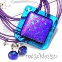 Tengerkék csillagok üvegékszer szett, nyaklánc, stiftes fülbevaló, Ékszer, Ruha, divat, cipő, Medál, Fülbevaló, Ékszerkészítés, Üvegművészet, Áttetsző kék alapon, kék csillagos lila dichroic ékszerüveg teszi igazán különlegessé a medált. Kül..., Meska