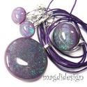 Galaxis smaragdfényű lila üvegékszer szett, nyaklánc, gyűrű, kapcsos fülbevaló, Ékszer, Medál, Fülbevaló, Gyűrű, Ékszerkészítés, Üvegművészet, Csillogó türkiz-zöld és lila  ékszerüveg felhasználásával készült a medál, a gyűrű és a kapcsos fül..., Meska