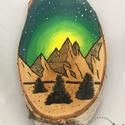 Tájkep fa korongon, Dekoráció, Dísz, Fa korongra festett éjszakai tájkép fenyőkkel és hegyekkel.   Mérete 14 cm x 25 cm x 3 cm. , Meska