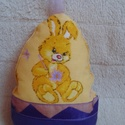 Nyuszis tojás dekoráció - játék, Baba-mama-gyerek, Dekoráció, Ünnepi dekoráció, Húsvéti apróságok, Varrás, Nyuszifigurás pamutvászonból készült, vatelingolyócskákkal tömtem meg. Díszítésnek lila organza sza..., Meska