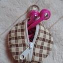 Fiús, kockás fülhallgató tartó, kulcstartós - Ballagásra, Barna, kockás pamutvászonból készült, bélés...