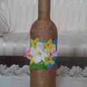 Virágos üveg dekoráció - Anyáknapjára, Dekoráció, Otthon, lakberendezés, Kaspó, virágtartó, váza, korsó, cserép, Újrahasznosított üvegből készült. Spárgával, festéssel és műanyag kis virágokkal díszítettük. Vázána..., Meska
