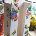 Tavaszias pillangó és virág mintás zsebkendőtartó, Dekoráció, Otthon, lakberendezés, Tárolóeszköz, Anyák napja, Fehér alapon pillangó- és virág mintával díszített (dekupázsolt) zsepitartó, 100db zsebkendőnek.  A ..., Meska
