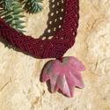 Bordó nyaklánc rodonit levél medállal, Ékszer, óra, Nyaklánc, Makramé technikával, azaz csomózással készült bordó színű nyaklánc, rózsaszín-beige, levél alakú, ro..., Meska