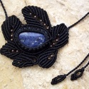 Fekete makramé nyaklánc dumortierittel, Ékszer, óra, Nyaklánc, Makramé technikával, azaz csomózással készült fekete színű nyaklánc, szabálytalan, kék színű dumorti..., Meska