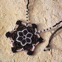 Csillag makramé csomózott nyaklánc, Ékszer, óra, Nyaklánc, Makramé technikával, azaz csomóról-csomóra készült fekete-rózsaszín hópehely/csillag mintájú nyaklán..., Meska