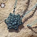 Csillag makramé csomózott nyaklánc, Ékszer, óra, Nyaklánc, Makramé technikával, azaz csomóról-csomóra készült fekete-türkiz hópihe/csillag mintájú nyaklánc, on..., Meska