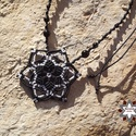 Csillag vagy virág makramé csomózott nyaklánc, Ékszer, óra, Nyaklánc, Makramé technikával, azaz csomóról-csomóra készült fekete-fehér csillag vagy virág mintájú nyaklánc,..., Meska