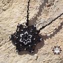 Csillag makramé csomózott nyaklánc, Ékszer, óra, Nyaklánc, Makramé technikával, azaz csomóról-csomóra készült fekete-fehér csillag mintájú nyaklánc, onyx ásván..., Meska
