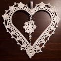 Egyedi horgolt Shabby chic natúr csipke szív dekoráció, Esküvő, Otthon, lakberendezés, Falikép, 100% pamut, natúr vagy törtfehér színű fonallak körbehorgolt fehér bevonatos fém alap, melye..., Meska