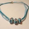 Kékike nyaklánc, Ékszer, Nyaklánc, Kék színű virágmintás gyöngyök kék organza szalagon. A lánc hossza 45 cm.  , Meska