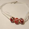Piros lámpagyöngy nyaklánc, Ékszer, Nyaklánc, Piros színű lámpagyöngyök fehér organza szalagon.  A lánc hossza 45 cm, lánchosszabbítóval..., Meska