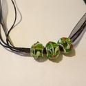 Zöld-fehér lámpagyöngy nyaklánc, Ékszer, Nyaklánc, Zöld színű lámpagyöngyökből és fekete organzából készítettem ezt a nyakláncot. Hossza 4..., Meska