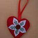 Szív alakú függődísz borókafenyő mintázattal, Dekoráció, Mindenmás, Ünnepi dekoráció, Karácsonyi, adventi apróságok, Varrás, Gyöngyfűzés, Piros filc anyag felhasználásával készült, szív alakú függődísz. A szív alakzatra fehér virág alakú..., Meska
