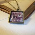 Lila mintás, nagymedálos lánc , Ékszer, Nyaklánc, Modern hangulatú nyaklánc, antik bronzszínű medálalapban lilás színű virágos képpel. Üveg..., Meska