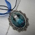 Kislányos nyaklánc - ezüstszínű , Ékszer, Medál, Nyaklánc, Romantikus hangulatú, antik ezüstszínű medálos nyaklánc, 18x25 mm-es üveglencsével,kedves ki..., Meska