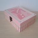 Rózsaszín-fehér doboz strasszokkal, Otthon, lakberendezés, Baba-mama-gyerek, Tárolóeszköz, Doboz, Decoupage, szalvétatechnika, Festett tárgyak, Dekupázs technikával készült 18 X13,5 X 7 cm méretű fadoboz. Belső és külső része is rózsaszín-fehé..., Meska