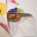 Szendvicsbatyu (cupcake mintás), Konyhafelszerelés, Varrás, 30 x 30 cm textilszalvéta, mely kívülről pamutvászon, belülről vízálló anyagból készül. Tépőzárral ..., Meska