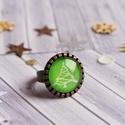 Christmas tree gyűrű, Ékszer, óra, Gyűrű, Zöld és fehér karácsonyfa mintás, bronz keretbe foglalt, üveglencsés gyűrű.   A bronz gyűrűalap állí..., Meska