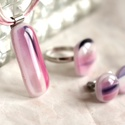Mist ékszerszett, Ékszer, Ékszerszett, Fülbevaló, Gyűrű, Rózsaszín-lila mintás üvegekből egy teljes szettet olvasztottam: gyűrű, bedugós fülbevaló és medál k..., Meska