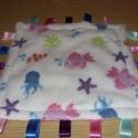 Pihe-puha halacskás szalagos-matatós 30 x 30 1.500.-Ft, Baba-mama-gyerek, Játék, Baba-mama kellék, Készségfejlesztő játék, Tündéri szép színes halacskás mintával nyomott 100% mikropes pihe-puha bébisoftból készült  A finom ..., Meska