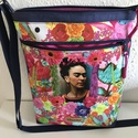 Frida Kahlo oldaltáska, Táska, Válltáska, oldaltáska, Varrás, Canvas pamut anyagból készült, bélelt oldaltáska, elején cipzáros zsebbel. Belsejében kisebb tároló..., Meska