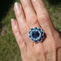 kék virág gyűrű, Swarowski rivoli befoglalással készült kék-feh...