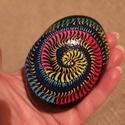 Csiga mintás kő, Fekete alapon vidám színekkel kézzel festett, l...
