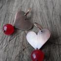 Rubinjáde réz szív fülbevaló, Ékszer, óra, Fülbevaló, Fűrészelt, antikolt, polírozott réz fülbevaló fazettált rubinjáde gyönggyel.  Méretei akasztóval kb...., Meska