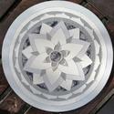 üveg mandala, Otthon & Lakás, Dekoráció, Mandala, Festett tárgyak, 30 cm átmérőjű üveglapra, üvegfestékkel festett, falra akasztható. A mandalák keleti kultúrákból sz..., Meska