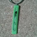 Kivi zöld medál, Ékszer, óra, Nyaklánc, Medál, Spektrum üvegből üvegolvasztással készült medál. Mérete 6.2x1 cm, (akasztó nélkül) zöld-fekete viasz..., Meska