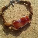 Barna csíkos karkötő, Ékszer, Karkötő, Spektrum üvegből készült  karkötő. Az üveg mérete 1,3x2,6 cm, bőr szálon, fém hosszabbít..., Meska