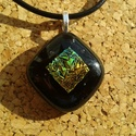 Irizáló fekete medál, Ékszer, Medál, Nyaklánc, Üvegolvasztással készült medál, melyhez bullseye üveget használtam fel. Mérete: 2,2x2,2 cm s..., Meska