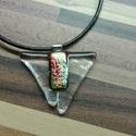 Irizáló háromszög medál, Ékszer, Nyaklánc, Üvegolvasztással készült medál, melyhez bullseye üveget használtam fel. Mérete: 2,7x3 cm,  s..., Meska