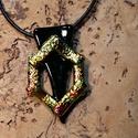 Irizáló fekete hàromszög medál, Ékszer, Nyaklánc, Üvegolvasztással készült medál, melyhez bullseye üveget használtam fel. Mérete: 2x3.5 cm,  s..., Meska
