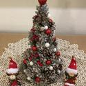 Karácsonyfa, tobozból., Otthon, lakberendezés, Karácsonyi, adventi apróságok, Karácsonyi dekoráció, Asztaldísz, Tobozból készült karácsonyi dísz, piros-arany kiegészítőkkel. , Meska