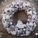 Karácsonyi ajtódísz., Otthon & lakás, Dekoráció, Lakberendezés, Ajtódísz, kopogtató, Virágkötés, Kisautó, sapka, sál, kesztyű, számok....fehér, ezüst, havas, csillámporos, mert úgy is jönnek a hid..., Meska