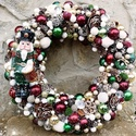 Karácsonyi kopogtató., Dekoráció, Otthon, lakberendezés, Ünnepi dekoráció, Ajtódísz, kopogtató, Arany, borbó, zöld, fehér karácsonyi kopogtató. Rengeteg apró gömb és egy katona figyeli az érkezőke..., Meska