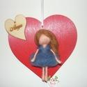 Szív kép tűnemezelt babával, Anyák napja, Otthon, lakberendezés, Ajtódísz, kopogtató, Falikép, Anyáknapi ajándék Szíven szív  A piros szív 13 cm a legnagyobb ponton. A kislány tűnemezelé..., Meska