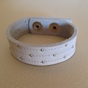 Gyöngyös fehér bőr karkötő, Ékszer, Karkötő, Kézzel varrott valódi marhabőr karkötő.  Hossza 19,5 cm, szélessége 2 cm, 2 db patenttal zár..., Meska