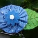 Kék textilvirág zöld filc levéllel - kitűző, Ruha, divat, cipő, Ékszer, Hajbavaló, Bross, kitűző, Kék, apró mintás textilből, kék filcből és egy fehér virág alakú gyöngyből készült a v..., Meska