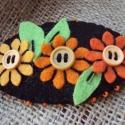 Filc franciacsat narancssárga virágokkal fekete háttérrel, Ruha, divat, cipő, Hajbavaló, Hajcsat, Kb. 8*4.5cm ez a bájos virágos filc franciacsat, a kétfokozatú csatszerkezet pedig 6cm. Filcből..., Meska