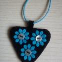 Fekete alapon Türkiz virágok - filc nyaklánc viaszos zsinóron, Ékszer, Nyaklánc, Medál, A fekete filc háttérre türkiz virágokat varrtam, melyek közepe egy-egy kék gomb. A medál mér..., Meska