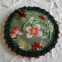 Zöld alapú virágos textil - kitűző, Ékszer, Bross, kitűző, Zöld filc, mintás textil, fém virág, piros gyöngy, hímzés - ezekből állt össze ez a kedves..., Meska