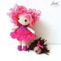 """""""Ms Raspberry"""" horgolt baba és süni játék figura, Ms Raspberry és süni-barátja új, szerető otth..."""